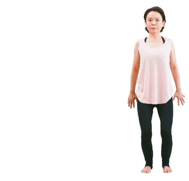 上下要拉長1.站姿,腳與肩同寬。吸氣,雙手向上延伸拉長。2.吐氣,膝蓋蹲...