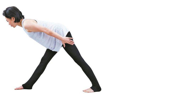 吐氣,伸直右腳,稍微彎曲左腳,脊椎往正前方延伸拉長。圖/出版社提供
