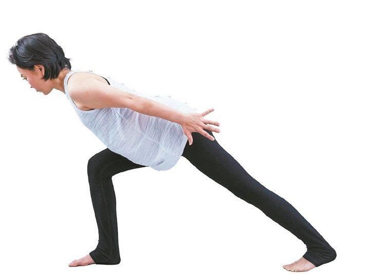 吐氣,重心移到前方,彎曲右腳,雙手往下往後拉長延伸。重複步驟2至5,一共五回。圖...