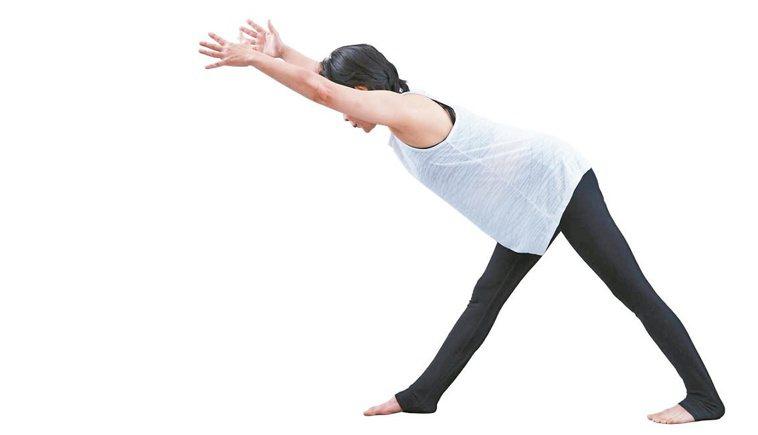 吸氣,保持骨盆與脊椎穩定,雙手拉長到耳朵兩邊。圖/出版社提供