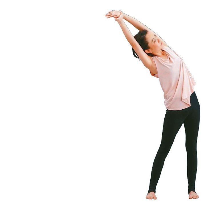 抓手開蓋子1.保持手高舉過頭,回到右手拉左手腕,吸氣,身體往左上方打開來。...