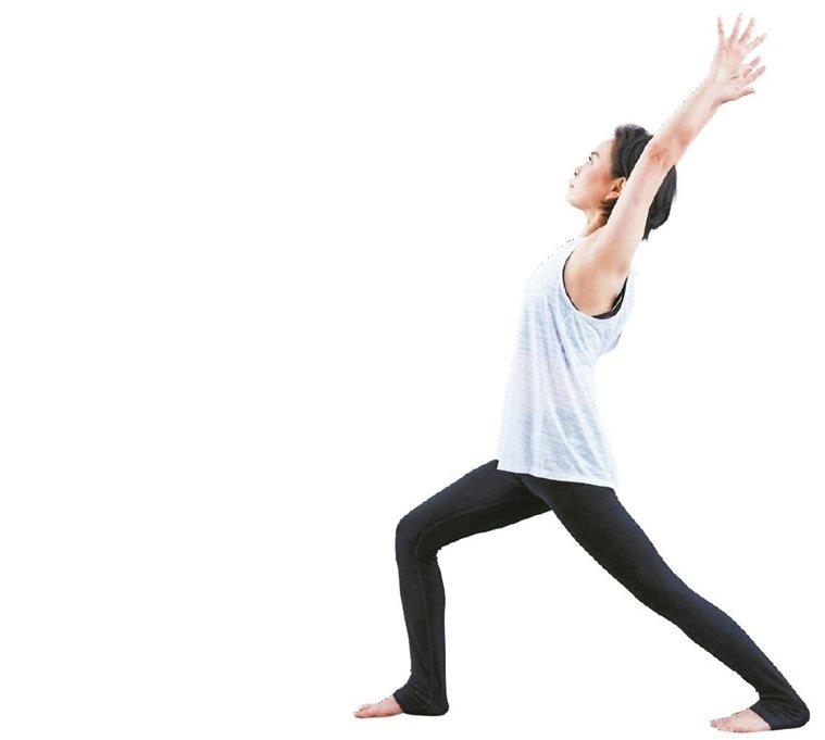 吸氣,彎曲右腳,左腳伸長,雙手往上延伸拉長到耳朵邊。圖/出版社提供