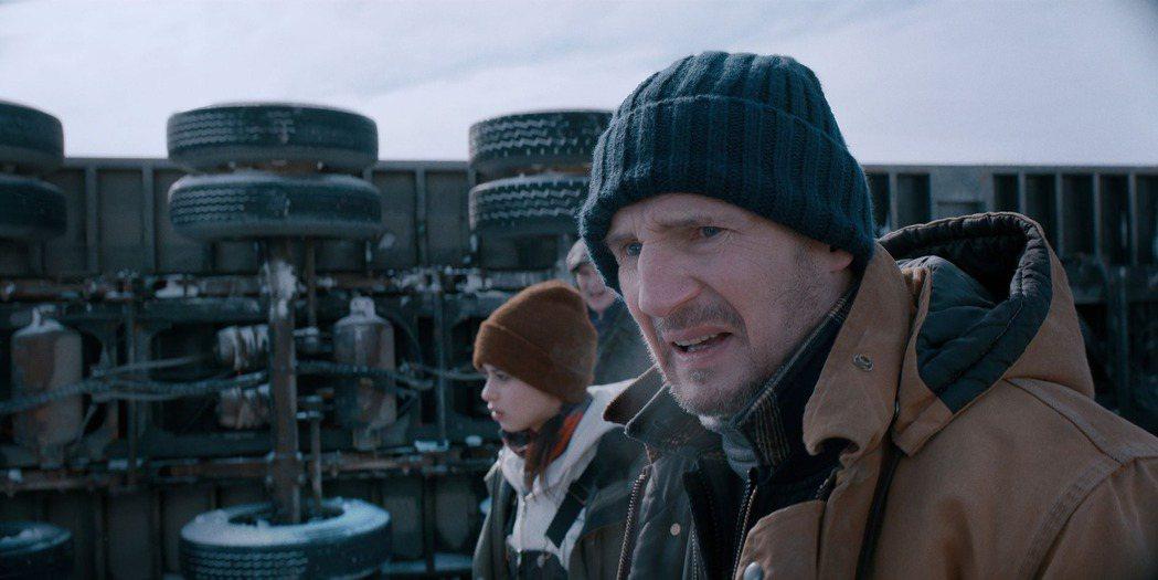 連恩尼遜新片「疾凍救援」有如冰上版「玩命關頭」。圖/甲上提供