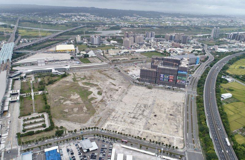 8月初鐵道局宣布由「第一大國際開發」成為高鐵台中站前「超級娛樂購物城」開發案最優申請人。新光人壽對此則提出質疑。圖為超級娛樂購物城基地。圖/聯合報系資料照片