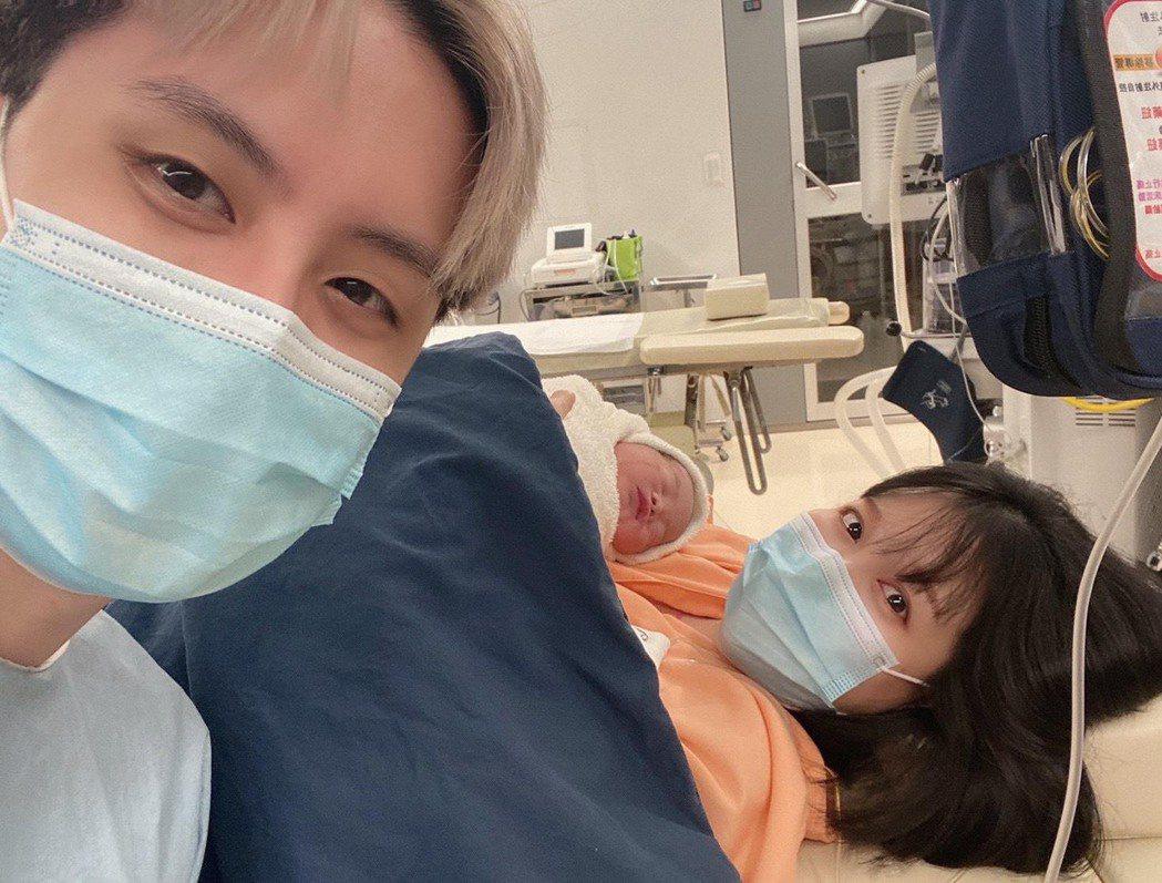 田亞霍(左)與老婆劉品妡(右)結婚一年多,升格新手爸媽。圖/摘自臉書