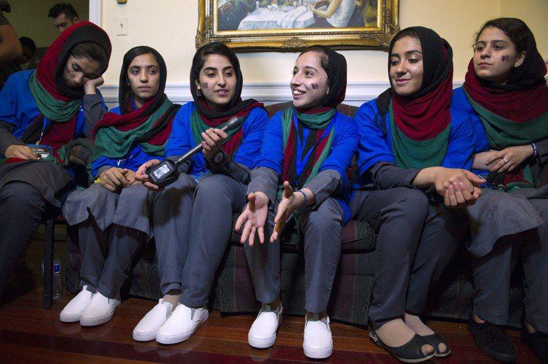 阿富汗女子機器人小組曾在2018年國際機器人比賽中榮獲「勇敢成就獎」,享譽全球。美聯社