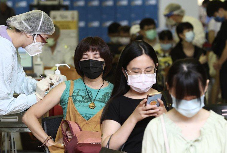 全台嚴防Delta變異株,國內民眾苦等第二劑疫苗,是否增加「突破性感染」的風險?...
