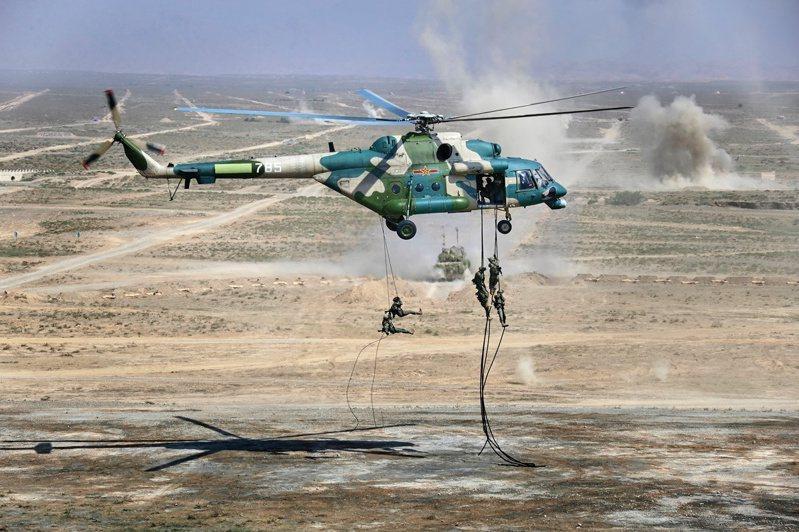 俄國陸軍官兵13日在中國大陸西北部寧夏回族自治區青銅峽市的中俄聯合軍演中,演練直升機垂降。路透