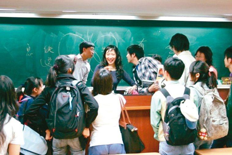 蔡璧名的課場場爆滿,甚至有學生遠從中國大陸、紐西蘭來聽講。圖/蔡璧名提供