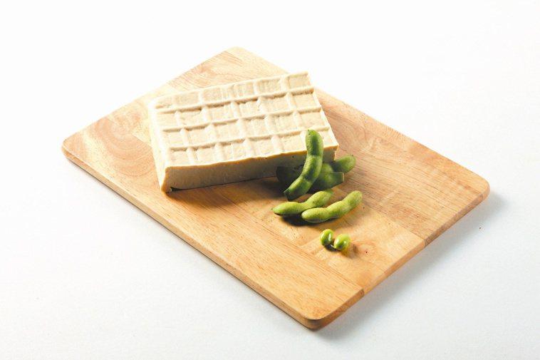 板豆腐(圖)和多喝水,對長輩牙齒與健康都有益。本報資料照片