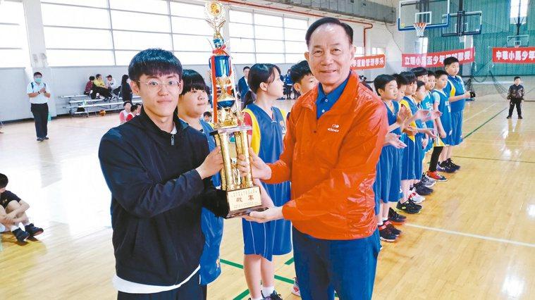 古吉雄(右)退休後將重心放在基層籃球的推廣。圖/古吉雄提供