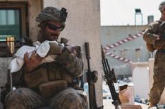 軍人變奶爸!美國大兵擁阿富汗嬰兒「面露慈笑」暖哭全網