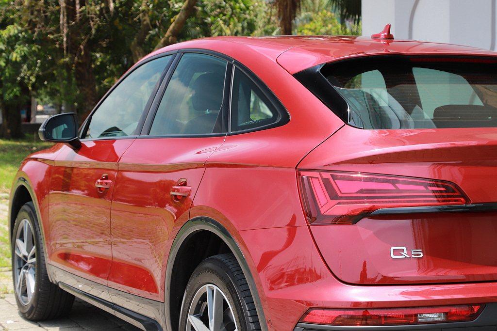 從車頭葉子板而起的肩線,優雅地以波浪狀延伸至車尾,凸顯Audi Q5 Sport...