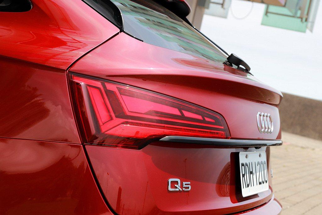 自車身肩線一路至尾門收合的擾流弧線,也創造塑造出Audi Q5 Sportbac...