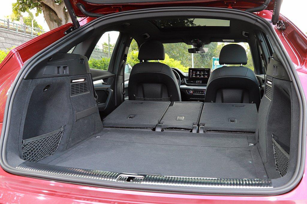 若將第二排椅背全數打平之後,Audi Q5 Sportback的後行李廂空間可提...