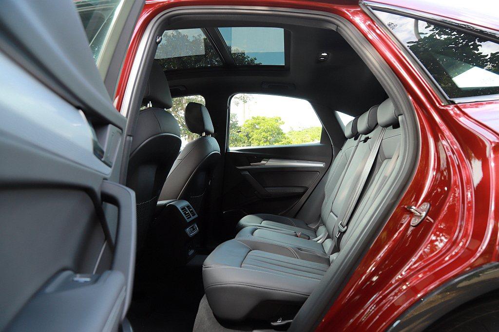 後排椅背擁有前/後滑移與兩段角度可調功能,加上全景式電動玻璃天窗的通透感,並不會...