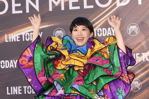 第32屆金曲獎在北流行音樂中心舉辦,由瑪麗搭檔鼓鼓主持紅毯,Lulu再次擔綱典禮主持人。經歷前段時間的疫情,台灣難得再有大型典禮活動,Lulu一現身紅毯,色彩繽紛驚艷四方,集結了紅、黃、藍、綠、紫各...