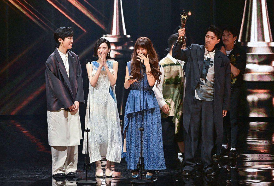 「尋人啟事」奪下最佳演唱組合獎。圖/台視提供