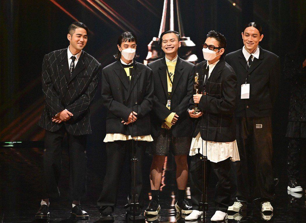 「落日飛車」拿下最佳樂團獎。圖/台視提供