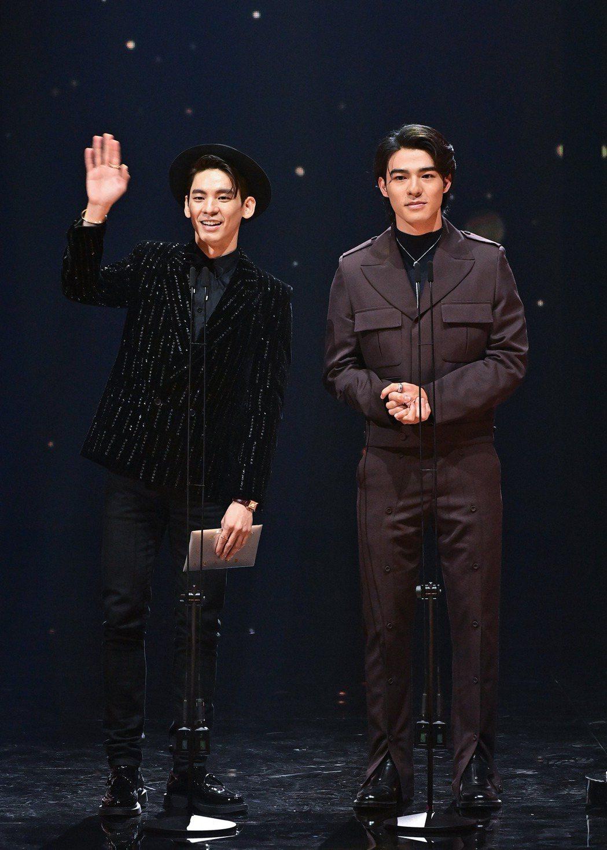 林柏宏(左)、陳昊森雙帥合體擔任金曲頒獎人。圖/台視提供