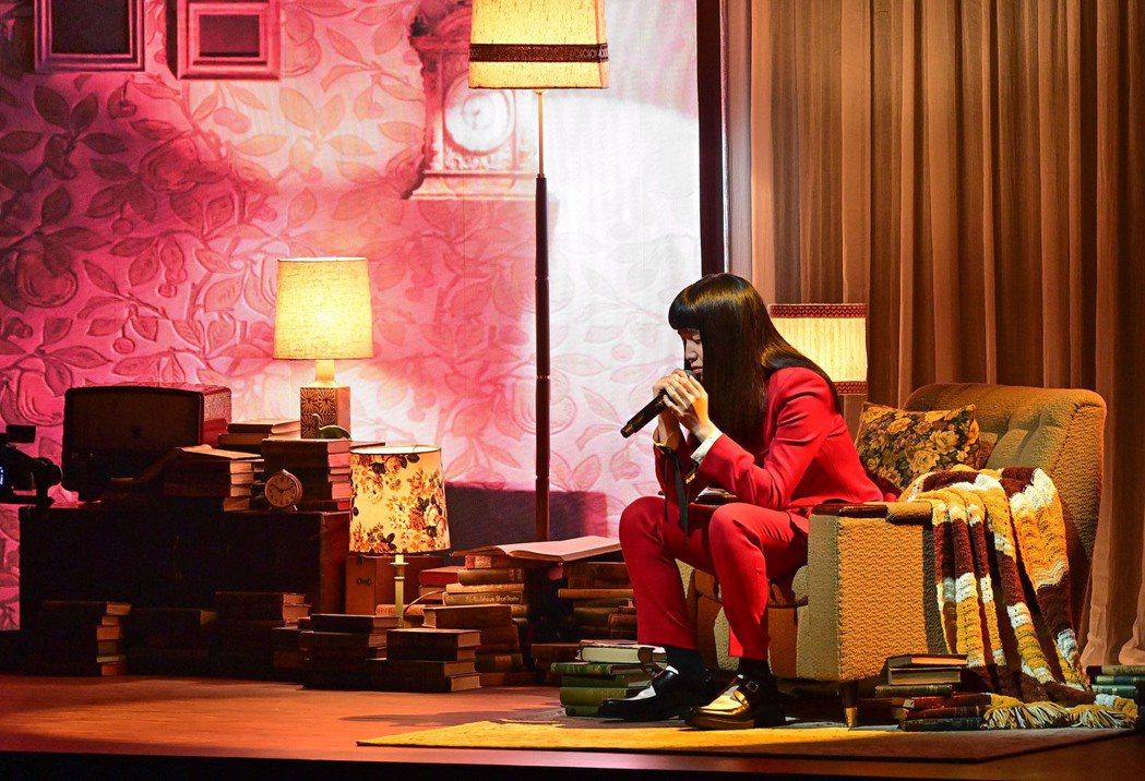 持修的紅西裝搭配上歌曲名稱令觀眾略感驚悚。圖/台視提供