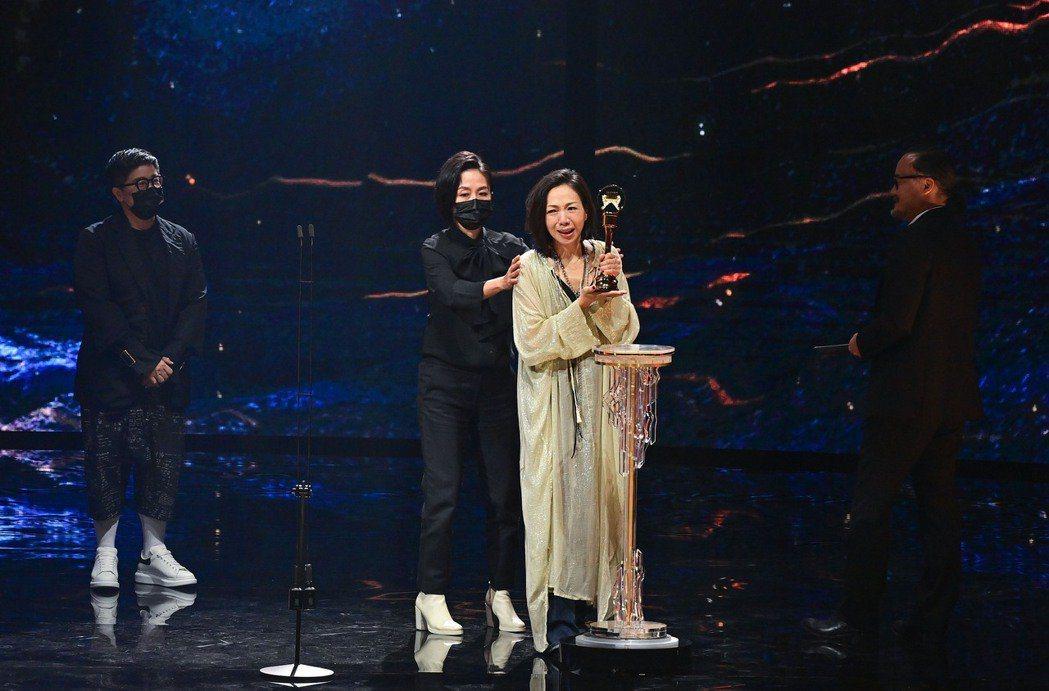 第32屆金曲獎評審團獎則由《給你們》演唱者萬芳和和背後的製作團隊獲得。 圖/台視...
