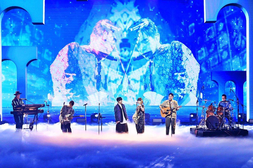 吳青峰毫無畏懼在台上高歌。圖/台視提供