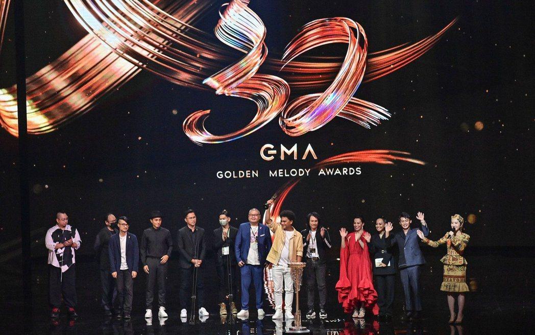 在典禮壓軸頒發的「年度專輯獎」由入圍8項的桑布伊《得力量 pulu'em》拿下。...