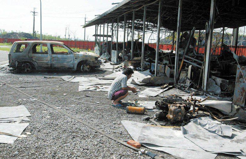 2005年8月21日,高雄捷運岡山北機廠8月21日晚上發生移工暴動事件,泰籍移工們將整個廠區砸得滿目瘡痍,場面凌亂。圖/聯合報系資料照片