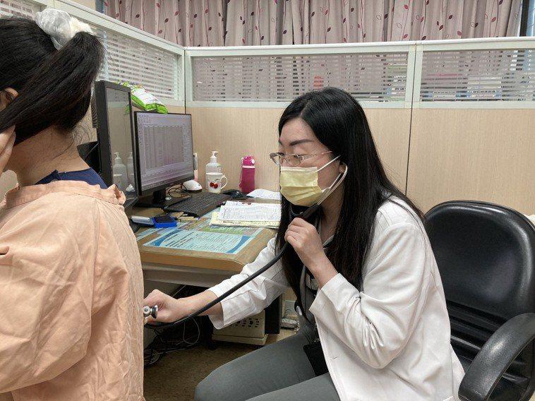 南投醫院家醫科醫師王郁菁提醒糖尿病患者,要定時服藥控制,不要亂吃保健食品,以免病...