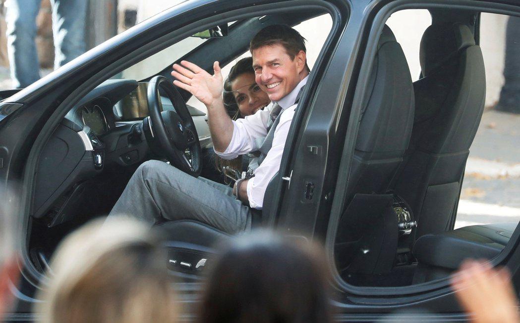 湯姆克魯斯拍「不可能的任務7」一年多,面對人群仍露出招牌笑容。(路透資料照片)