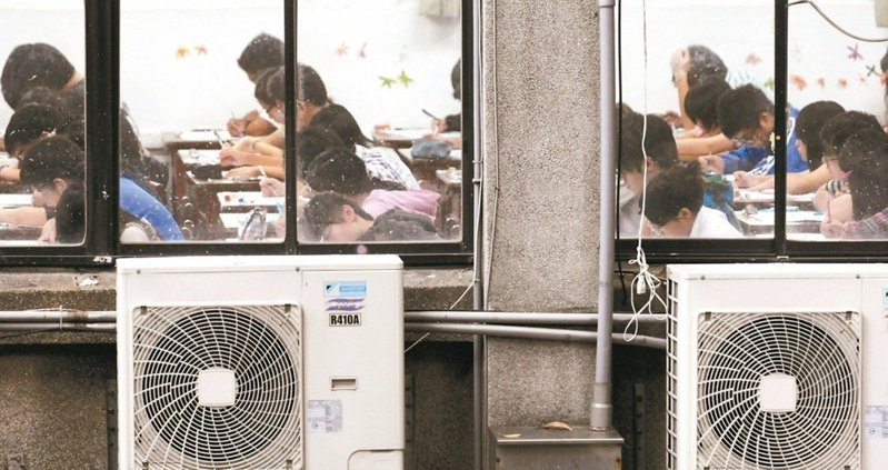 空調業者表示,疫情下宅在家,冷氣使用率高,故障也多,工作量已多出2至4倍不等;加上校園「班班有冷氣」政策趕工壓力,人力更吃緊。圖/聯合報系資料照片