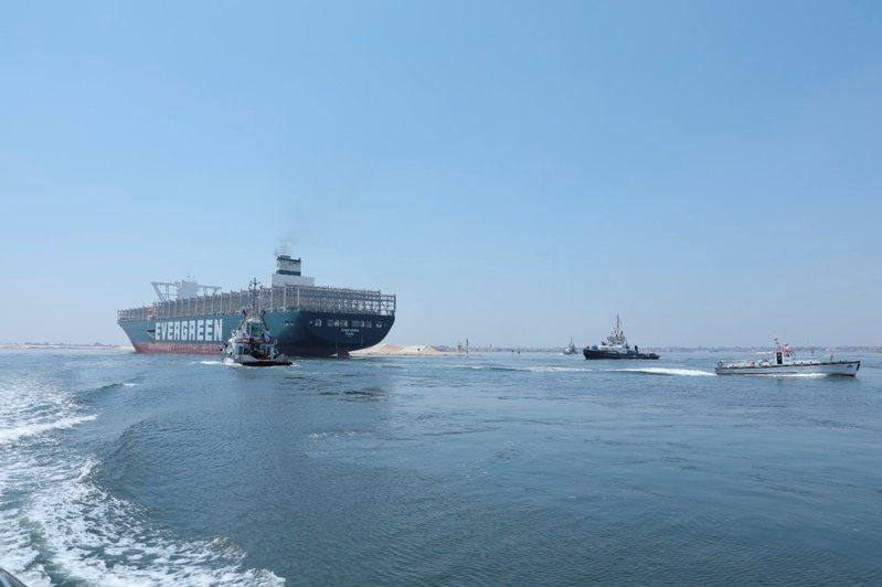 長賜輪20日再航經「事發地點」蘇伊士運河時,在兩艘拖船及專業引航員的護送下順利通過。路透