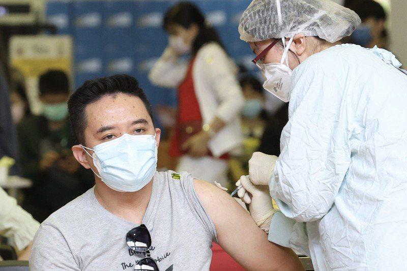 根據指揮中心統計,台灣已接種新冠肺炎疫苗的總數突破千萬,但超過九成只打了第一劑,完成兩劑接種的只有70多萬人次、不到一成。圖/聯合報系資料照片