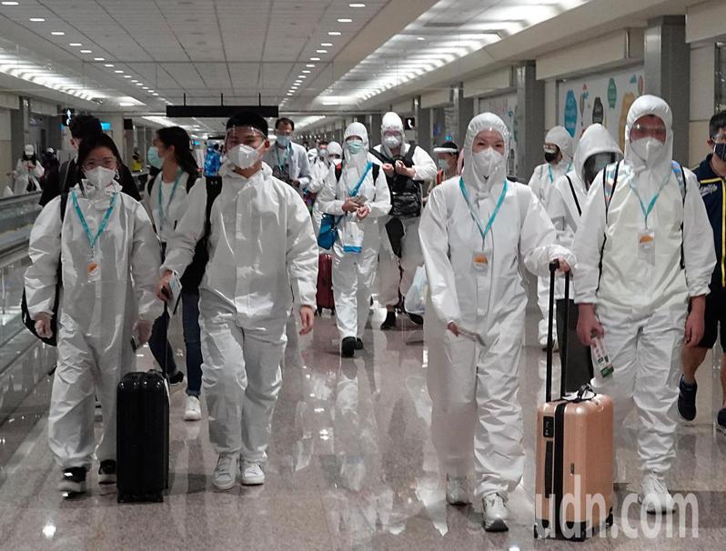 帛琉當地今天出現兩名新冠肺炎確診案例,兩名確診者是從美國關島入境的帛琉人,晚上旅客從帛琉回台時,大部分的旅客用防護衣包緊緊保護自己。記者鄭超文/攝影