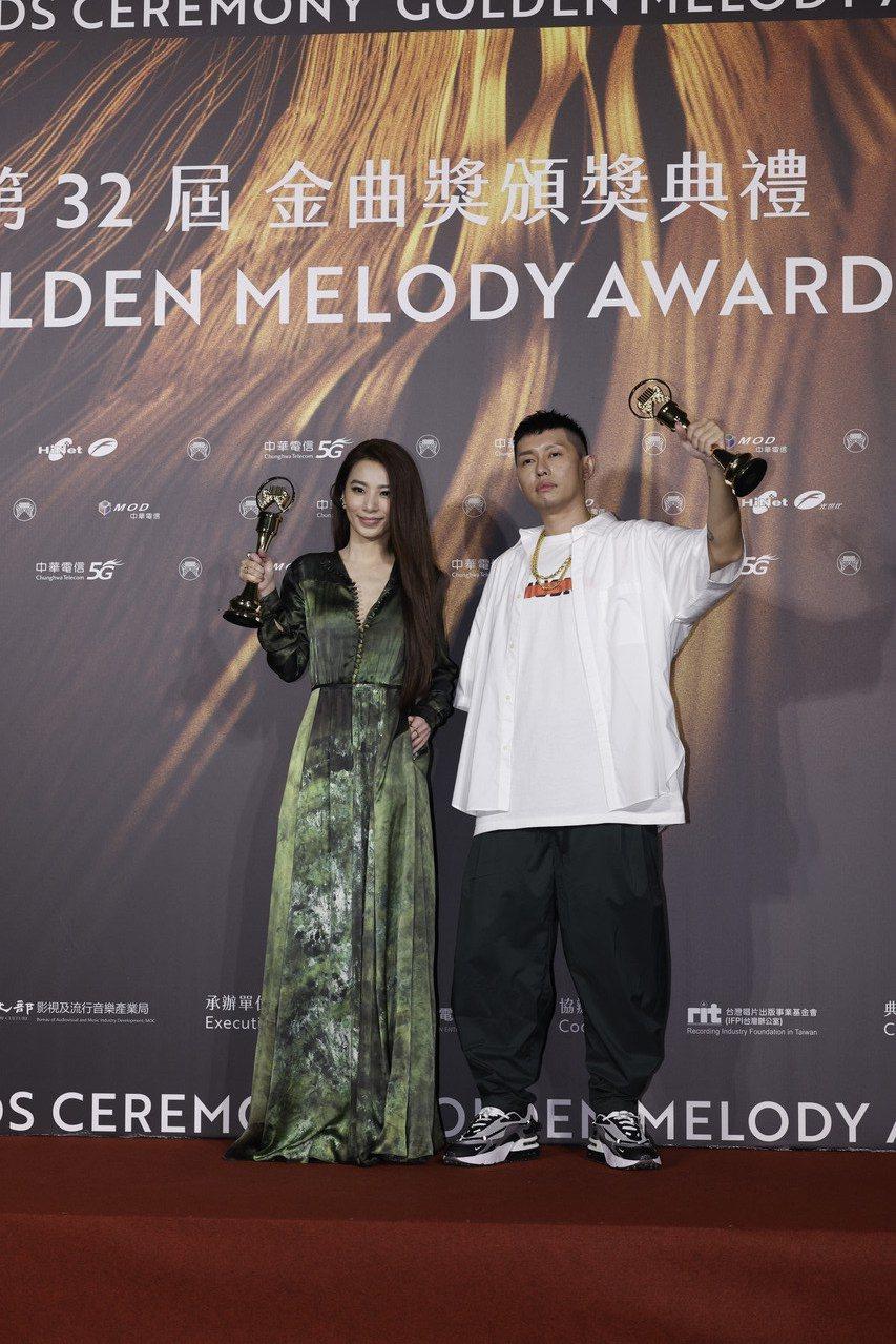 第32屆金曲獎最佳華語男女歌手獎由杜振熙(右)、田馥甄(左)獲得。記者李政龍/攝...