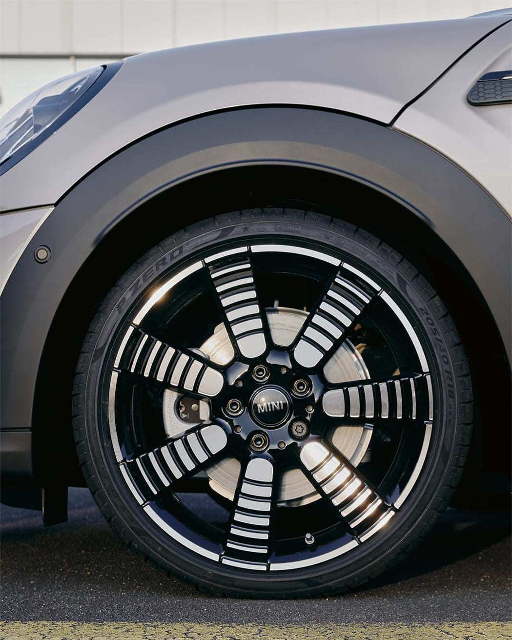 全新18吋Pulse Spoke Light輪圈採七輻式漸層設計,靜止時亦可展現...