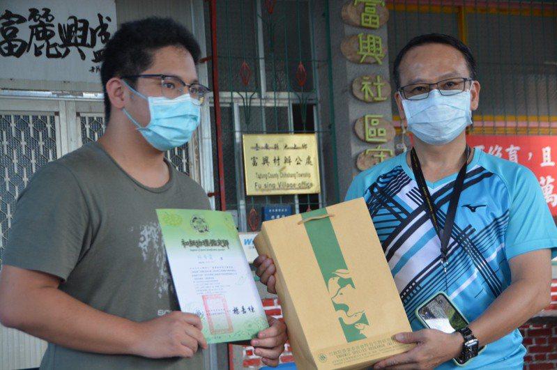 路殺社靈魂人物林德恩(右)頒獎給志工林晉霆(左)。記者施鴻基/攝影
