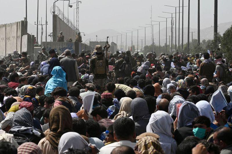 軍事觀察家指出,神學士攻佔阿富汗絕大多數地域後,卻在進軍首都喀布爾時,突然放慢腳步減緩進程。圖為大批阿富汗人聚集在機場旁馬路上,希望搭機逃難。法新社