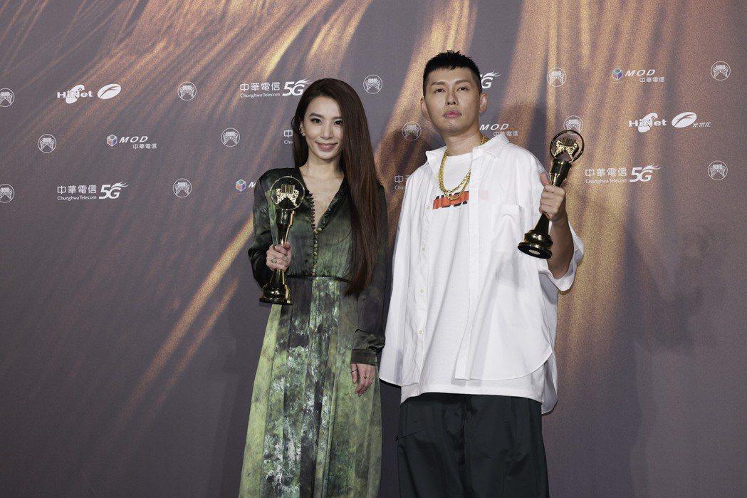 「蛋堡」杜振熙(右)、田馥甄贏得第32屆的最佳華語男歌手、女歌手獎。記者李政龍/...