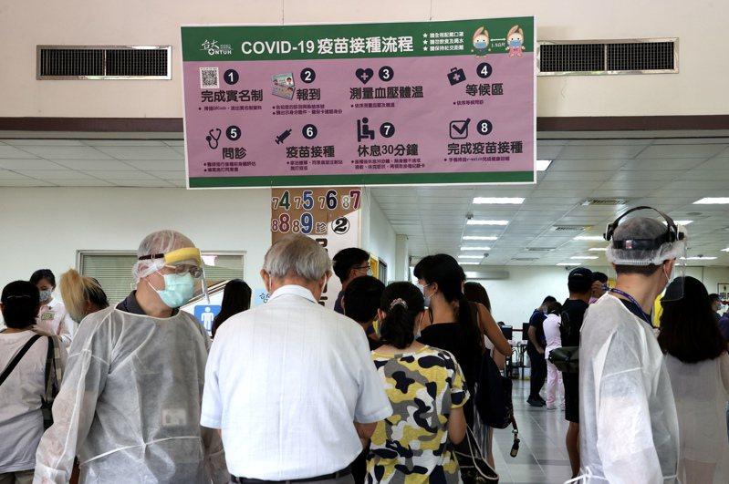 有醫院表示,前幾周的確有民眾持機票或訂位紀錄來接種莫德納第二劑,一般而言,只要看到機位預定紀錄,就會登記為「近期出國有附機票」。此為示意圖,照片中人物與新聞無關。圖/聯合報系資料照片