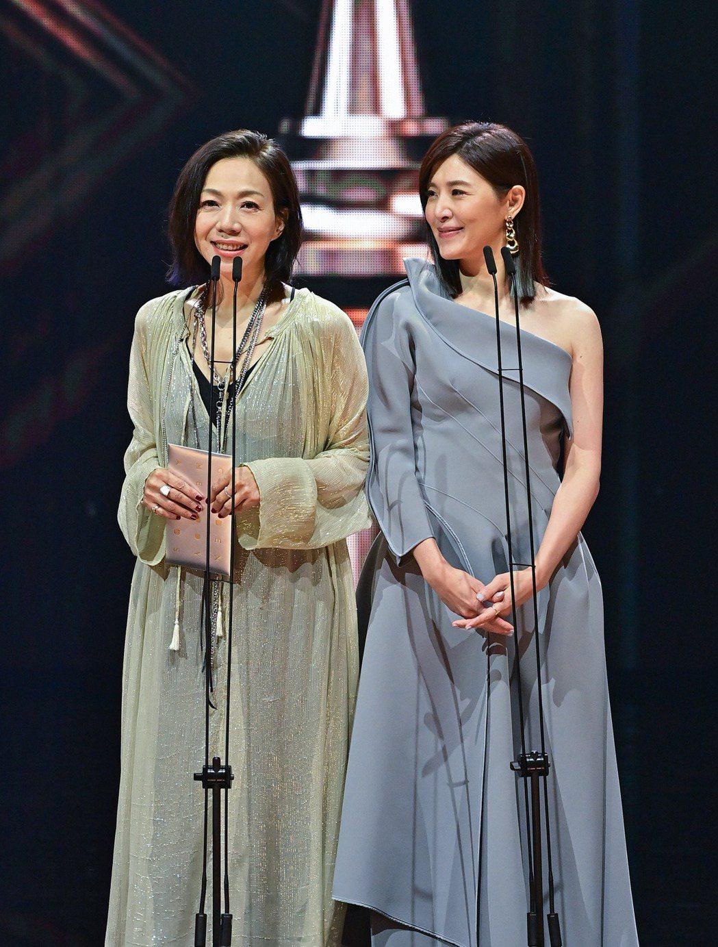 同年出道的萬芳(左)、蘇慧倫擔任第32屆金曲獎頒獎嘉賓。圖/台視提供