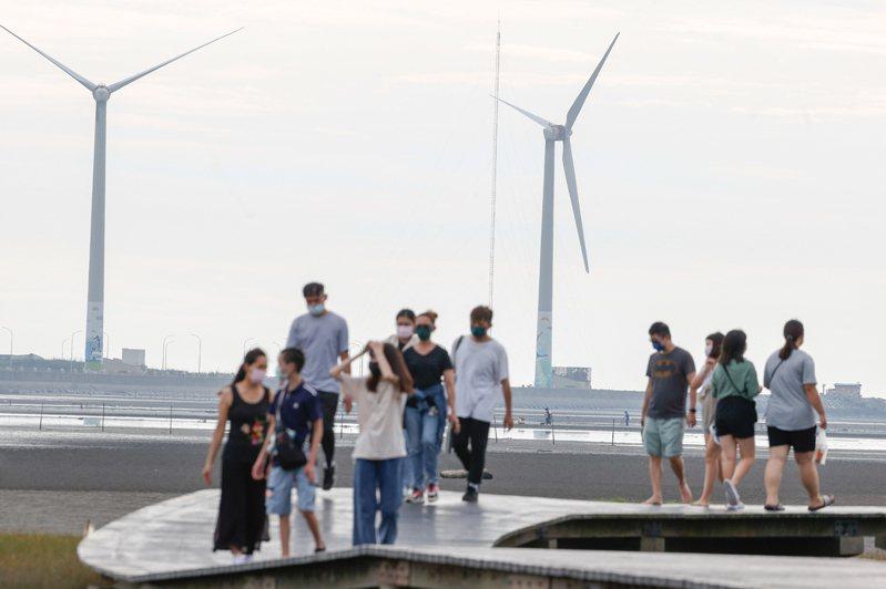 離岸風電建廠進度大延遲,2023年以後預計要投入發電的風場,都將比原期程晚至少一年,但對民眾可能反而是好消息,暫時不用擔心電費大漲價。記者黃仲裕/攝影