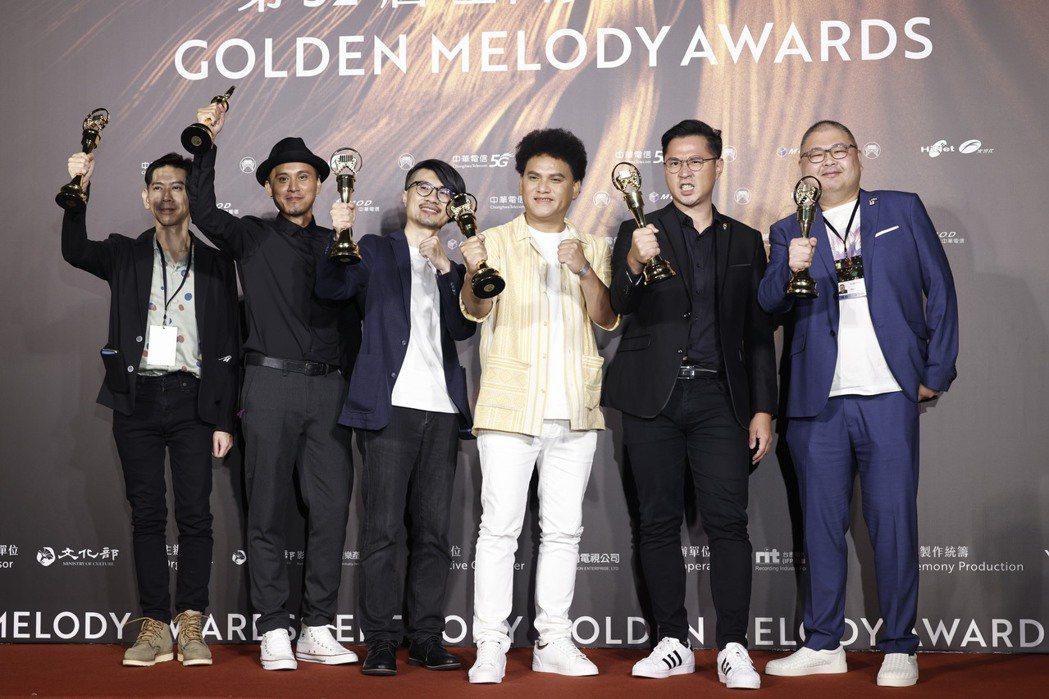 桑布伊(右二)和音樂夥伴一同領獎。記者李政龍/攝影
