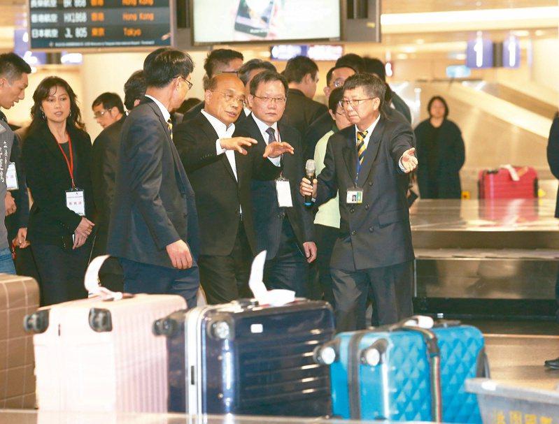行政院長蘇貞昌(前排左二)上任之初到桃園機場巡視非洲豬瘟防疫措施。圖/聯合報系資料照片
