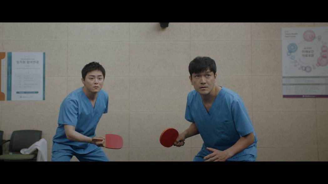 曹政奭(左)上演桌球大賽。圖/翻攝自Netflix