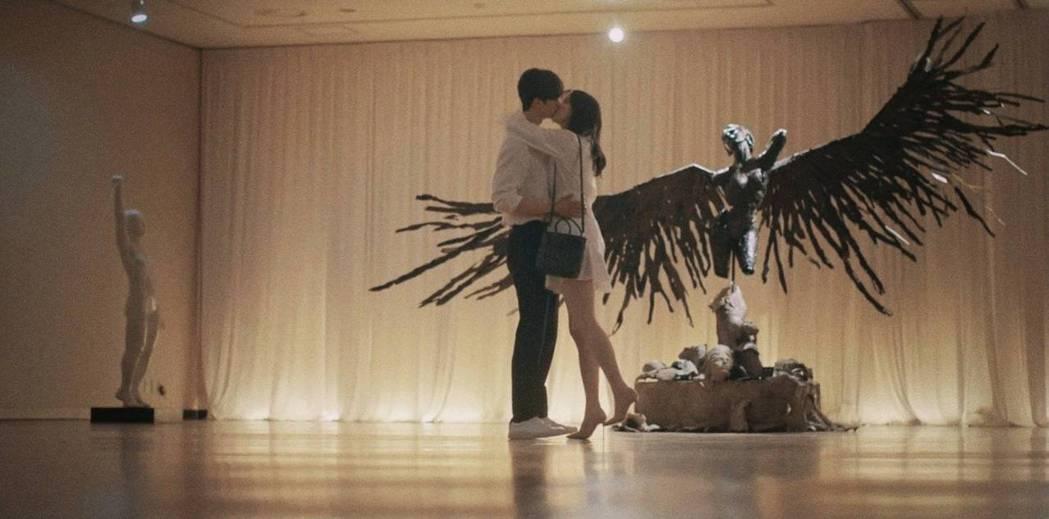 韓素希與宋江浪漫擁吻。圖/翻攝自Netflix