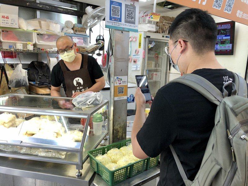 在購物後,消費者可利用電子支付,包括Linepay、台灣Pay或悠遊付等方式付款。記者鍾維軒/攝影