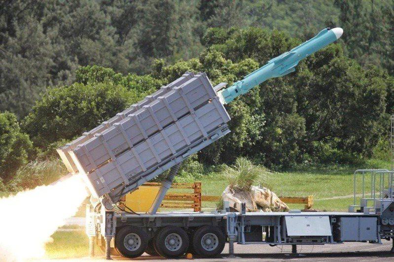飛彈部隊實力的強化,固然必要,但擴編或新成立的單位,但所需人力要從哪邊去填補又是一個問題。圖為機動發射的雄風二型飛彈。圖/軍聞社提供