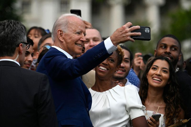 美國總統拜登7月4日在白宮舉行國慶派對,同時慶祝美國戰勝新冠病毒。圖為拜登當天與賓客自拍。法新社